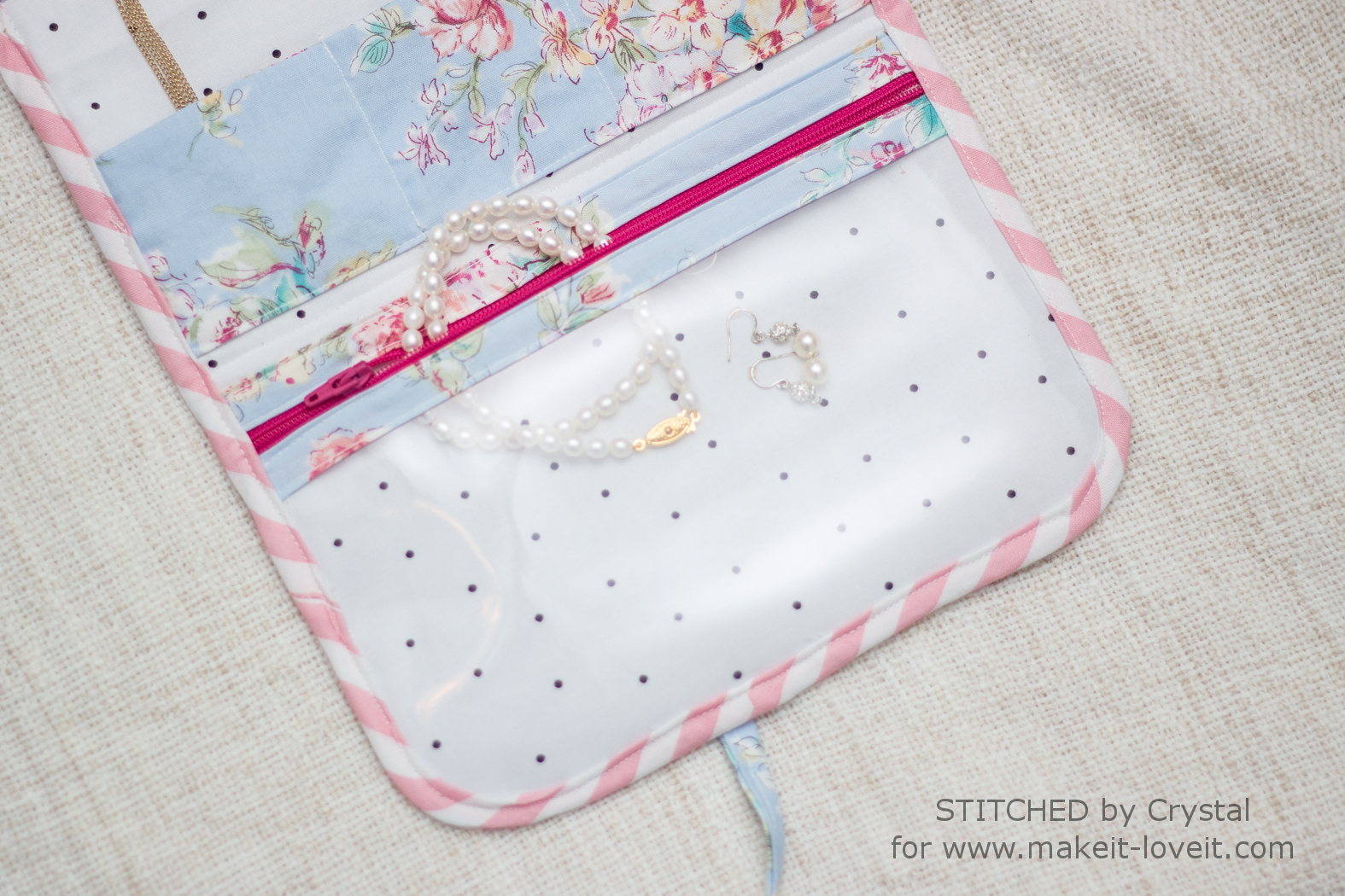 Travel Jewelry Clutch Tutorial....no more tangled or lost jewelry! | via makeit-loveit.com