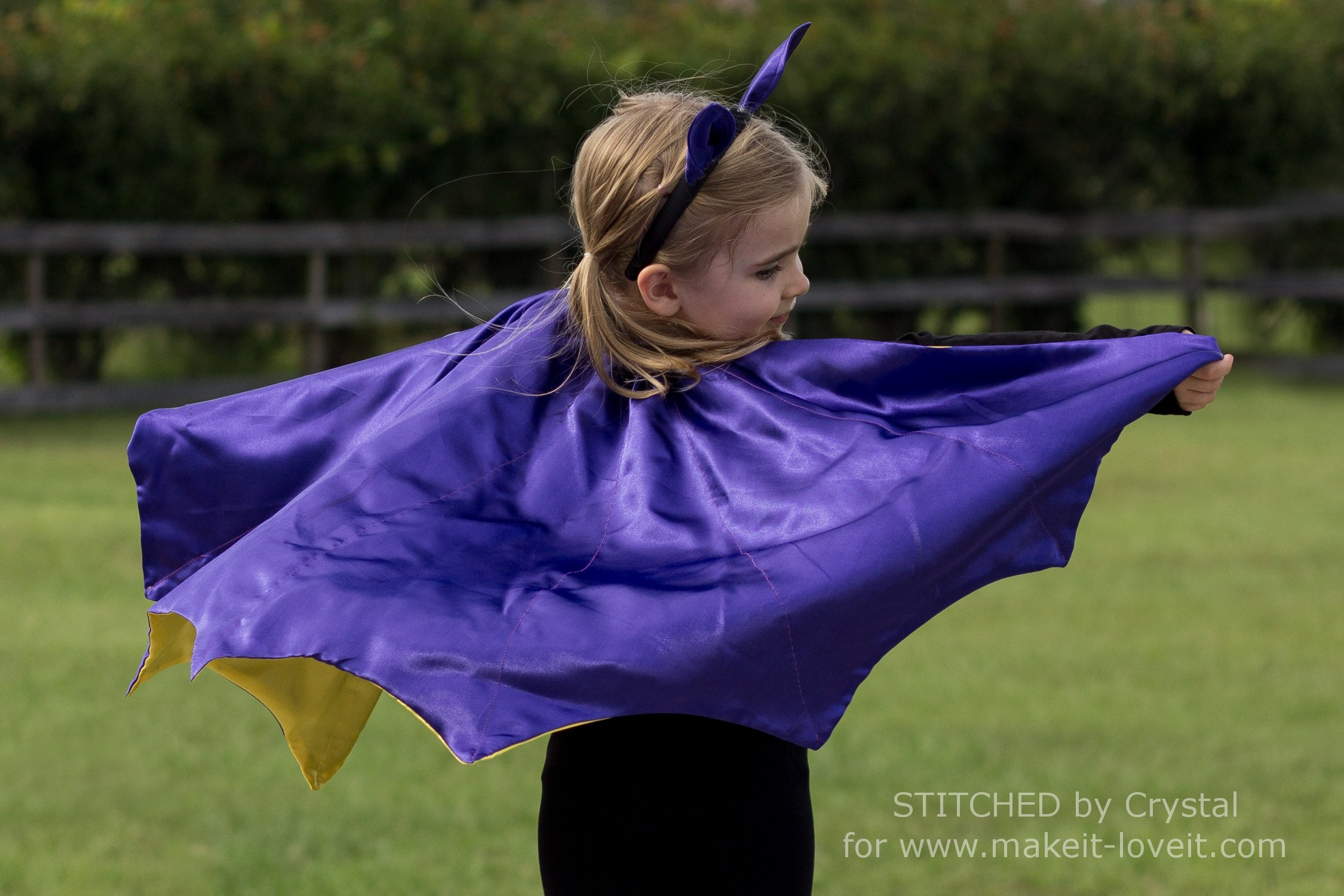 Sew A Reversible Halloween Cape....Perfect for Bats, Witches, and Vampires! | via makeit-loveit.com