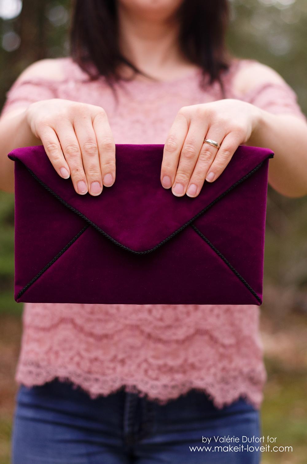 DIY Velours Envelope Clutch tutorial | via makeit-loveit.com